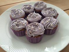 Afprøvning banancupcakes hvidchokolade frosting syrenfarvet dessert navngivning