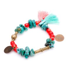 Preciosa pulsera boho chic con piedras naturales de coral y turquesa. Es diseño único y artesanal, en total tendencia en los últimos tiempos.
