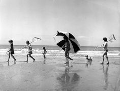 fotografia in bianco e nero di robert doisneau Robert Doisneau, Beach Photography, Street Photography, Portrait Photography, Color Photography, Photo Vintage, Vintage Photos, Vintage Photographs, Fotografia Social