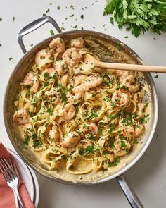 How to make the easiest, most delicious homemade shrimp alfredo with fettuccine any night of the week. Seafood Recipes, Dinner Recipes, Cooking Recipes, Pasta Recipes, Cooking Ideas, How To Cook Shrimp, How To Cook Pasta, Molho Alfredo, Creamy Pasta Dishes