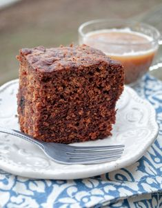 This super simple recipe for sticky date cake is moist, sweet and just slightly sticky for one of the tastiest cakes you'll ever eat! Irish Recipes, Wine Recipes, Sweet Recipes, Dessert Recipes, Vegan Wedding Cake, Fall Wedding Cakes, Sticky Date Cake, Yummy Treats, Sweet Treats