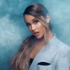 We've seen quite a few different hair looks from singer Ariana Grande through the years, but her ponytail is one in a million. Ariana Grande Ponytail, Ariana Grande Fotos, Ariana Grande Hair Color, Ariana Grande Hairstyles, Ariana Grande Photoshoot, Ariana Grande Makeup, Ponytail Hairstyles, Cool Hairstyles, Ariana Grande Wallpaper