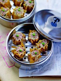 Recette Bouchées au porc ou xiu mai : Dans un récipient, rassemblez tous les éléments de la farce sauf les petits pois. Mélangez bien. Réservez au frais ...