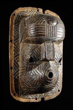 Les masques Tetela ont toujours fait couler beaucoup d'encre sans qu'il soit toutefois possible de dire si de tels masques peuvent oui ou non être attribués à cette ethnie. C. Petridis, F. Neyt, ML. Félix et autres illustres auteurs s'y sont essayés sans toutefois s'accorder ! Le meilleur reste donc à venir, restez à l'écoute ou fouillez les bibliothèques pour vous faire votre propre opinion ! African Masks, African Art, Sculpture Art, Sculptures, Art Premier, Masks Art, African Culture, Statue, Tribal Art