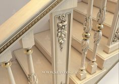 Фрагмент балюстрады резной лестницы из массива дерева. Fragment of a carved balustrade staircase made from solid wood.#лестница #балясины #дизайн #stairs #design