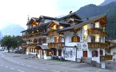 Hotel Andreas Canazei Offering free parking, Hotel Andreas is set just 100 metres from the cross-country ski slopes in Canazei. It offers a traditional restaurant, and classic rooms with private balcony.
