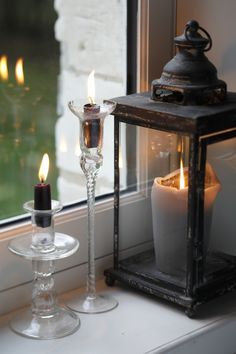 Candles create an atmosphere! Window Candles, Candle Lanterns, Flameless Candles, Mood Light, Light Up, Bougie Partylite, Decoration Shabby, White Cottage, Window Sill
