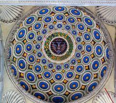 Luca della Robbia, Cupoletta con stemma Pazzi. Firenze, Santa Croce, portico della Cappella Pazzi