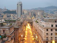 """""""Mi trovo ora in una bella città, una vera bella città: Genova. Si cammina sul marmo, tutto è marmo: scale, balconi, palazzi. I suoi palazzi si susseguono fitti; passando per le vie, si scorgono grandi soffitti patrizi tutti dipinti e dorati"""" (Gustave Flaubert)"""