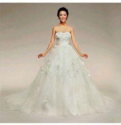 LOVE this wedding dress!!