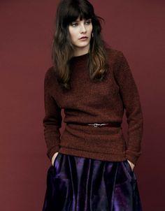 Fashion Trend Nomcore. Sweater und Rock KENZO, Gürtel CACHAREL, Ohrring MARION GODART.
