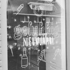 door Cassandra P. Chalk Pens, Chalk Markers, Chalkboard Window, Window Markers, Doodle Lettering, Cool Writing, Illustrated Faith, Window Art, Diy Interior