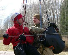 Teemua ja Artoa naurattaa, kun Arto pelastaa Teemua harjoitustehtävässä.