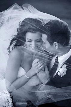 ¿Os gustan las fotos con los novios detrás del velo de la novia? Si están bien hechas, a mí me encantan...