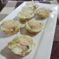 Egg whites muffin/ Claras de huevo tipo muffin  Ingredientes  -Brocoli -Cebolla -Cebolla larga -Ajo -Sazonador sin sal -Pimienta al gusto  La cubierta  -Jamón de pavo -Queso parmesano  Simplemente utilice moldes para muffins y previamente los rocíe con ac