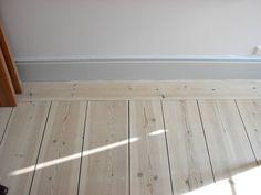 lutat furugolv Foyer Flooring, Living Room Flooring, Diy Flooring, Wooden Flooring, Flooring Ideas, Cottage Living, Home And Living, Decorating Blogs, Interior Decorating
