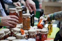 El Mercado de la Buena Vida: Alimentos sanos y ecológicos en este mercado mensual de Madrid | DolceCity.com Madrid Food, Wines, Beer, Mugs, Fruit, Vegetables, Tableware, Youtube, To Tell