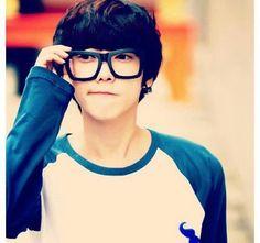 Guys with cute glasses...isgwhwvakebsd sooooo attractive