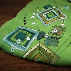 Malované triko zelené geometrické M-XL - kvalitní triko - bavlna -krásnásytězelená barva - výstřihV,dlouhý rukáv -malované ručně, kvalitními barvami na textil, kontury černé a zlaté - ihned dostupné ve velikosti: -š.48 cm, d. 67 cm - návod na údržbu bude přiložen, barvy jsou stálé a odolné i praní v pračce.