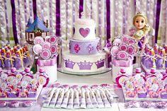 Ufa!!! Mais um trabalho feito com muito carinho e dedicação para uma pequena Rapunzel muito linda! Novamente com ajuda impecávelda minha qu...