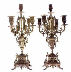 Lote 4527 - Par de candelabros de 5 lumes, em bronze, antigos, com decoração vegetalista, com 45 cm de altura. Nota: apresentam sinais de uso. - Current price: €90
