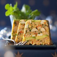 Terrine de crabe exotique with avocado and hearts of palm Seafood Appetizers, Seafood Recipes, Xmas Food, Healthy Breakfast Recipes, Quick Easy Meals, Mousse, Food And Drink, Dishes, Suppers
