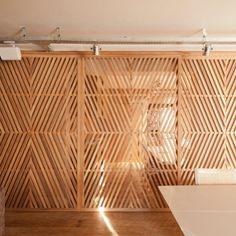 Divisórias em madeira com desenho muxarabie, herança dos árabes na arquitetura brasileira.