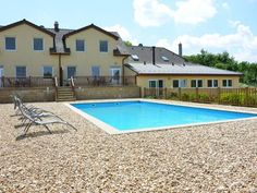 Holiday Home Babice A1 Babice Located in Babice, this holiday home features a seasonal outdoor pool. The unit is 36 km from Znojmo.  The kitchen features a dishwasher. A TV is offered.  Jihlava is 33 km from Holiday Home Babice A1, while Retz is 43 km from the property.