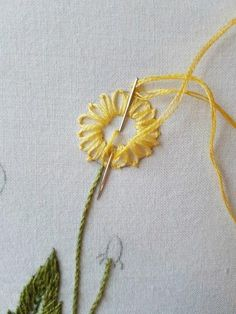 This Pin was discovered by Emb Hand Embroidery Flower Designs, Embroidery Stitches Tutorial, Simple Embroidery, Embroidery Hoop Art, Embroidery Techniques, Embroidery Applique, Cross Stitch Embroidery, Embroidery Patterns, Learning To Embroider