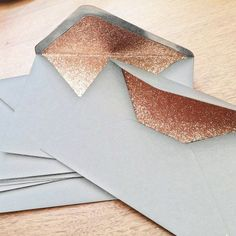 Finally! A complete rose gold wedding - luxury glitter lined envelopes *swoon* How can I stay away from the gorgeousness?! XD https://www.etsy.com/uk/listing/462583170/dove-grey-and-rose-gold-glitter-lined By treasurestudios.co.uk