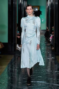 Erdem Fall 2020 Ready-to-Wear Fashion Show - Vogue Vogue Uk, Vogue Paris, Vogue Russia, Fashion Week, Runway Fashion, High Fashion, Daily Fashion, Modest Clothing, Modest Outfits