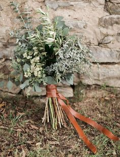 Though florals are considered an indispensable part of wedding decor, one of the biggest wedding trends is a no bloom trend. Greenery non-floral wedding decor is a very popular thing now. Lets see how to rock greenery wedding bouquets. Cheap Wedding Flowers, Floral Wedding, Rustic Wedding, Bouquet Wedding, Wedding Blue, Bridal Bouquets, Copper Wedding Decor, Herb Wedding, Boyfriends