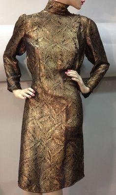 Lot d'une robe lamé or et deux jupes longues en crêpe ou lainage noir, vers 1940. Manches longues boutonnées, col officier