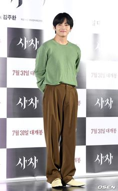 190730 Taehyung went to the VIP screening of The Divine Fury, Park Seo-joon's new movie. Jung So Min, Kpop Fashion, Korean Fashion, Fashion Outfits, Bts Taehyung, K Pop, Boys Lindos, Bts Clothing, Bts Inspired Outfits
