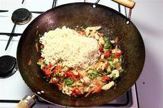 Kog nudler efter anvisningen på pakken.<br /> <br /> Hak rødløg og hvidløg meget fint, og svits det i olie<br /> <br /> Skær kyllingen ud i lange tynde strimler og svits det sammen med løget
