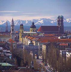 München, die Alpen /  Ludwigstraße mit Siegestor / Ludwigskirche, Theatinerkirche, Frauenkirche (von links)