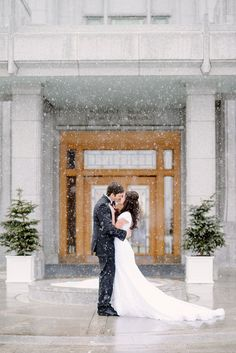 winter wedding, snowy wedding, LDS wedding, mormon temple, calgary LDS temple, bride and groom, kiss epic winter wedding photos