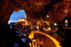 ¿La mejor terraza del mundo? Conoce Cova d'en Xoroi, la gruta de Menorca que cuenta con una puesta de sol única