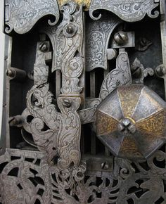 Very Intricate Lock ~ ah Door Knobs And Knockers, Knobs And Handles, Door Handles, Old Doors, Windows And Doors, Old Keys, Unique Doors, Iron Work, Door Furniture