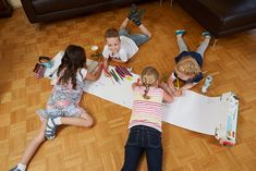 All birthday guests have a lot of fun with the Grüffelo painting roller. Tobias, Kindergarten, Things To Think About, Blog, Painting, Birthday Fun, Indoor Recess, Birthday Party Games, Family Games