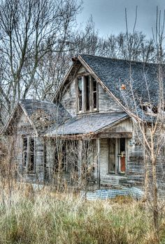 Forgotten Old Abandoned Buildings, Abandoned Mansions, Old Buildings, Abandoned Places, Architecture People, Vintage Architecture, Old Cabins, Ghost House, Broken Window