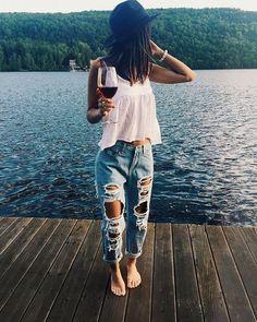 Jeansy z dziurami i biały top – stylizacja - http://www.stylowkidlanastolatek.pl/jeansy-z-dziurami-i-bialy-top-stylizacja/