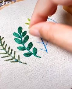 Hand Embroidery Patterns Flowers, Simple Embroidery Designs, Hand Embroidery Videos, Embroidery Stitches Tutorial, Embroidery On Clothes, Embroidery Flowers Pattern, Learn Embroidery, Embroidery Techniques, Shirt Embroidery