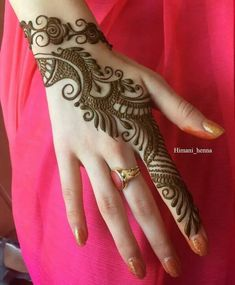 Discover delightful and simple henna designs for girls to adorn their hands and feet for any event. Additionally, henna plays an important role in our weddings and functions. Henna Hand Designs, Dulhan Mehndi Designs, Mehndi Designs Finger, Simple Arabic Mehndi Designs, Mehndi Designs For Girls, Mehndi Designs For Beginners, Mehendi, Mehndi Design Pictures, Mehndi Designs For Fingers