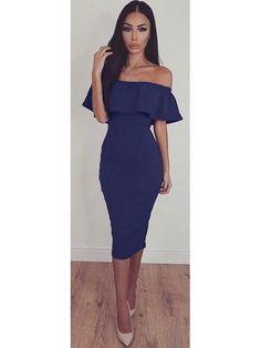 Dopasowana sukienka z odkrytymi ramionami i falbaną