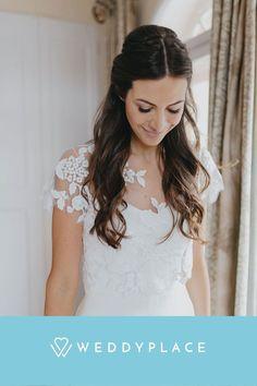 Hochzeitsfrisuren mit offenen Haaren werden immer beliebter und bieten viele Möglichkeiten. Und auch wir lieben sie einfach! Wir haben für Euch die beliebtesten Ideen und Inspirationen für einen umwerfenden Braut-Look mit offenen Haaren. © Kathleen John #brautfrisur #hochzeit #braut #wedding #hairstyle #bride #weddyplace Lace, Fashion, Hair Down, Bridal Looks, Amazing, Simple, Nice Asses, Moda, Fashion Styles