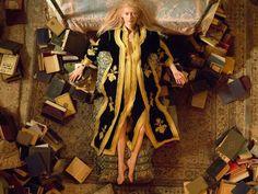 Tilda Swinton dans Only Lovers Left Alive de Jim Jarmusch.    Eve dans sa chambre à Tanger, parmi ses livres lus à toute vitesse comme  seuls les vampires savent le faire. Dans un café non loin, Yasmine Hamdan  se prépare à envoûter Adam avec sa chanson Hal.