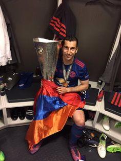 Мхитарян с кубком Лиги Европы и флагом Армении - ReDevils - Блоги - Sports.ru
