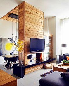 Porque há poucas paredes ou pouco espaço, porque um só ambiente tem diversas funções e precisamos dividi-lo sem perder luminosidade e ventilação, porque há uma parede no meio do caminho que precisa ficar interessante e até ter alguma função, enfim, por inúmeras razões temos que dividir espaços de uma forma decorativa e interessante… E porque não criativa?