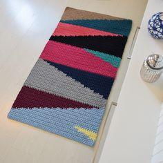 Cheap Carpet Runners By The Foot Beige Carpet, Diy Carpet, Cheap Carpet, Crochet Rug Patterns, Knitting Patterns, Painting Carpet, Crochet Carpet, Diy Purse, Tapestry Crochet